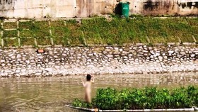 Xác định được cô gái khỏa thân nhảy múa giữa sông Tô Lịch