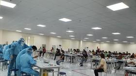 Nhân viên y tế ở Bắc Giang tập trung lấy mẫu xét nghiệm SARS-CoV-2 cho công nhân trong các khu công nghiệp