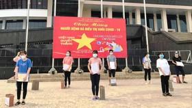 21 bệnh nhân đầu tiên ở Bệnh viện Dã chiến số 2 Bắc Giang được ra viện