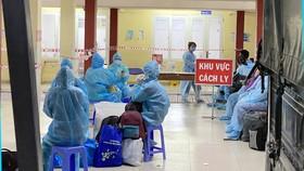 Người dân chờ nhận phòng tại một khu cách ly tập trung ở quận Bình Tân, TPHCM, chiều tối 17-6-2021. Ảnh: CAO THĂNG
