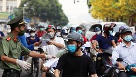 """Hà Nội bỏ quy định """"làm khó"""" người dân khi ra đường đi làm trong lúc giãn cách"""