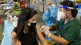 Nhân viên y tế tiêm vaccine cho người dân ở quận 1, sáng 19-9-2021. Ảnh: CAO THĂNG