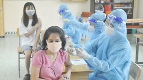 Tiêm vaccine phòng Covid-19 cho người dân huyện Bình Chánh, TPHCM, sáng 6-10-2021. Ảnh: CAO THĂNG