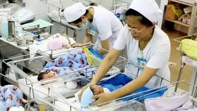 Người dân TPHCM và các tỉnh mức sinh thấp có thể được thưởng tiền nếu sinh đủ 2 con