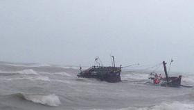 Nỗ lực cứu hộ tàu cá TTH-9166 bị chìm xuống biển