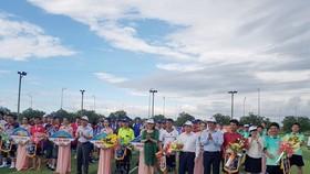 Lãnh đạo tỉnh Thừa Thiên – Huế tặng hoa hơn 300 nhà báo tham dự Giải bóng đá Báo chí miền Trung, lần thứ 4 – 2017.