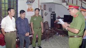 Cơ quan chức năng đọc lệnh bắt tạm giam Huỳnh Phan Hoàng Trọng (đứng giữa)