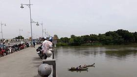 Nhiều người đứng trên cầu Dã Viên dõi theo lực lượng tìm kiếm nạn nhân nhảy cầu.