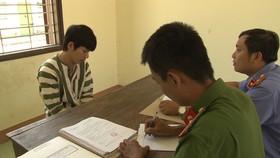 Khoa đang khai nhận hành vi phạm tội tại Công an TP Huế.