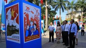Một góc triển lãm tranh cổ động tuyên truyền 70 năm ngày Bác Hồ ra Lời kêu gọi thi đua ái quốc