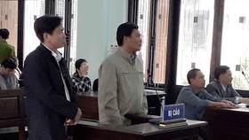 Ông Lê Hữu Lam (bìa trái) tại phiên tòa