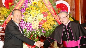 Phó Thủ tướng Trương Hòa Bình chúc mừng Tổng Giám mục Giuse Nguyễn Chí Linh, Tổng Giáo phận Huế. Ảnh: VGP