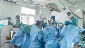 Các bác sĩ Bệnh viện Trung ương Huế chạy đua với thời gian thực hiện cùng lúc 2 ca ghép tạng xuyên Việt