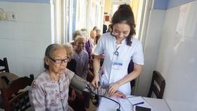 Khám bệnh và cấp phát thuốc miễn phí cho người nghèo xã Vinh Thái