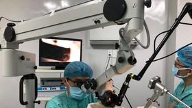 Thao tác phẫu thuật cắt bỏ toàn bộ khối ung thư hạ họng bằng tia laser CO2