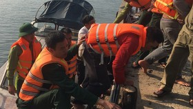 Cứu hộ và đưa các thuyền viên chìm tàu vào bờ an toàn 