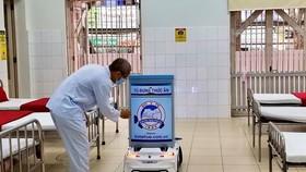 Bệnh nhân lấy thức ăn từ robot