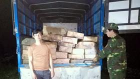 Tài xế Lê Phong điều khiển ô tô chở gỗ trái phép 