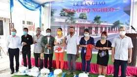 25 hộ nghèo nhận nhà mới được lãnh đạo tỉnh Thừa Thiên - Huế tặng gạo và muối trắng với mong ước bà con sẽ ăn nên làm ra
