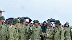 Bộ đội Biên phòng tỉnh Thừa Thiên - Huế giúp và hướng dẫn ngư dân neo đậu tàu thuyền tránh bão số 5 