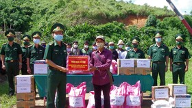 Đại tá Nguyễn Xuân Hoà, Chỉ huy trưởng BĐBP tỉnh Thừa Thiên – Huế hỏi thăm bà con nhân dân bản Sê Sáp, huyện Kà Lừm, tỉnh Sê Kông (Lào). 