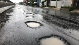 Quốc lộ 1 qua địa bàn xã Lộc An và Lộc Sơn, huyện Phú Lộc, tỉnh Thừa Thiên - Huế xuất hiện dày đặc các ổ gà đọng nước 