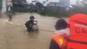 Công an đu dây giải thoát hơn 130 người dân ở xóm Gióng, phường An Tây, TP Huế ra khỏi khu vực nước lũ dâng cao và chảy siết.