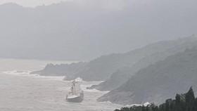 Tàu hàng chưa rõ nguồn gốc trôi dạt vào khu vực ghềnh đá ở Bãi Chuối  
