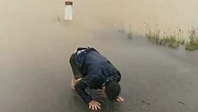 Chồng sản phụ bất lực, ngẩn ngơ giữa trời mưa lũ ngóng chờ tin vợ và con