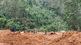 Lực lượng chức năng đang nỗ lực tìm kiếm các nạn nhân mất tích tại khu vực Tiểu khu 67 