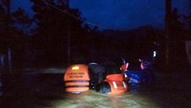 Đồn biên phòng Hương Nguyên của BĐBP tỉnh Thừa Thiên - Huế di dời các hộ gia đình bị ngập nước tại xã A Roàng, huyện A Lưới