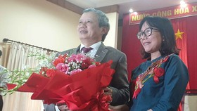 Đại diện Hội nhà báo tỉnh Thừa Thiên - Huế tặng hoa chúc mừng đồng chí Lê Trường Lưu tái đắc cử Bí thư Tỉnh ủy Thừa Thiên – Huế 
