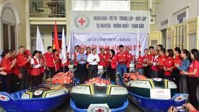Trung ương Hội chữ thập đỏ Việt Nam trao thuyền máy, xuồng, phao cho các đơn vị ứng phó thiên tai của tỉnh Thừa Thiên – Huế