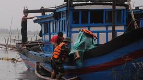 Người dân Lý Sơn chèn chống nhà cửa trước khi bão số 13 đổ bộ.