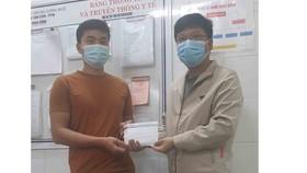 Phóng viên Báo SGGP trao tiền bạn đọc giúp người nhà bệnh nhân Tống Trung Thiên Tiền 