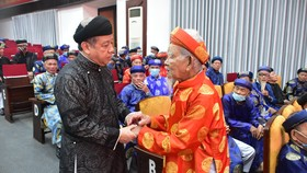 Chủ tịch UBND tỉnh Thừa Thiên – Huế  gặp mặt thân mật với hơn 400 trưởng họ tộc, già làng trên địa bàn tỉnh này 