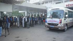 Các y bác sĩ Bệnh viện Trung ương Huế chào tạm biệt các bệnh nhân về quê ăn tết