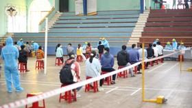 Buổi lấy mẫu xét nghiệm Covid-19 đầu tiên cho các sinh viên ngoại tỉnh về Huế chuẩn bị học tập trung từ ngày 1-3.