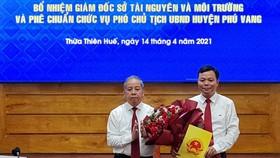 Trao quyết định bổ nhiệm ông Lê Bá Phúc làm Giám đốc Sở TN-MT tỉnh Thừa Thiên - Huế. 