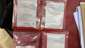 Công an phân loại ma túy sau khi bắt giữ.