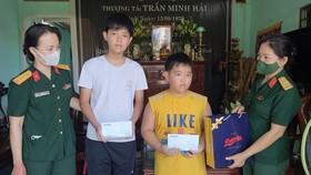 Tặng quà Quốc tế Thiếu nhi  cho con liệt sĩ Trần Minh Hải 