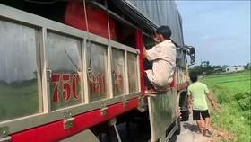 8 người trốn trong thùng xe tải né kiểm soát y tế khi vào Huế