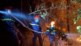 Nỗ lực chữa cháy rừng tại thị xã Hương Thủy.