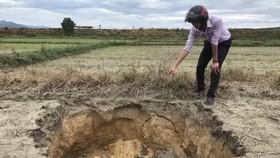 Sụt đất ngoài ruộng xã Phong Xuân. 