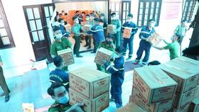 Công an tỉnh Thừa Thiên - Huế bốc hàng hỗ trợ lên xe trước khi xuất phát đi TPHCM vào trưa 21-7