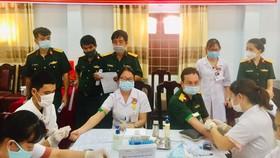 Các y, bác sĩ Bệnh viện Quân y 268 làm thủ tục trước khi hiến máu cứu người. 
