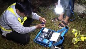 Lấy mẫu nước đi xét nghiệm sau khi xúc đường ống dẫn nước sạch cung cấp cho người dân