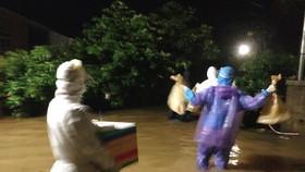Đội phản ứng nhanh huyện Phong Điền lội lũ đi lấy mẫu xét nghiệm Covid-19 trong đêm 11-9.  