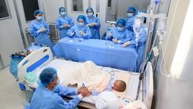Các bác sĩ Bệnh viện Trung ương Huế thực hiện ghép tế bào gốc cho bệnh nhi Nguyễn Xuân B                                                                                                           Ảnh: THƯỢNG HIỂN  