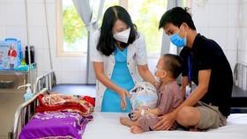 Tặng quà Trung thu cho các bệnh nhân ngay tại giường bệnh. 